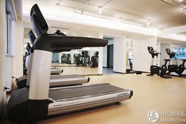 弹性工作时间,顺手的办公设备,惬意的办公环境; 休息室,健身房,电竞
