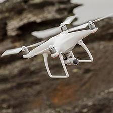 大疆(DJI) Phantom 精灵 4 航拍无人机 + 两块额外电池 + 车载充电器 ¥7299